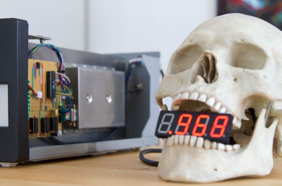Atomic Skull Clock Reminds Us We're Dying | Hackaday