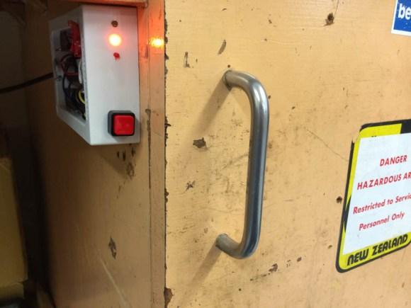 Locking tool cabinet
