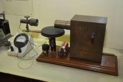 2048px-Microwave_Apparatus_-_Jagadish_Chandra_Bose_Museum_-_Bose_Institute_-_Kolkata_2011-07-26_4051
