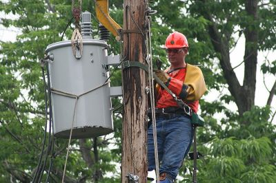 800px-Lineman_changing_transformer