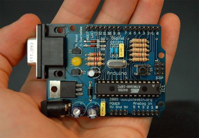 Nice and familiar, a through-hole Arduino. By Nicholas Zambetti - http://www.arduino.cc/, CC BY-SA 3.0