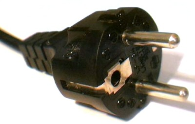 A CEE 7 plug designed to be compatible with the earthing arrangements of both French and German variants. Chamaeleon [PD], via Wikimedia Commons.