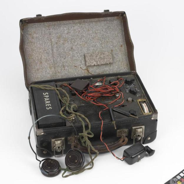 British Type A Mk II suitcase radio. © IWM (COM 229)