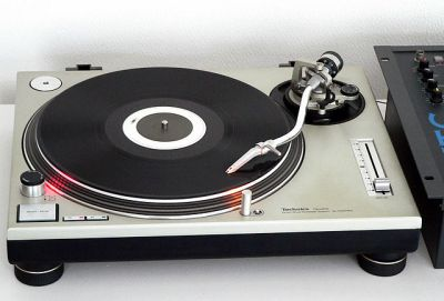 The legendary Technics SL1200 direct-drive turntable, as used by countless DJs. Dydric [CC BY-SA 2.5)], via Wikimedia Commons.