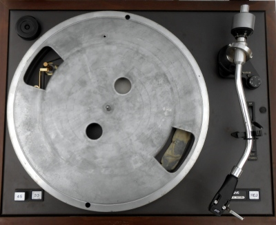 A substantial aluminium platter on a belt drive turntable, with its mat removed.