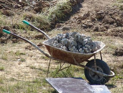 A typical wheelbarrow, as a European or American might know it. Hyena (Public domain).