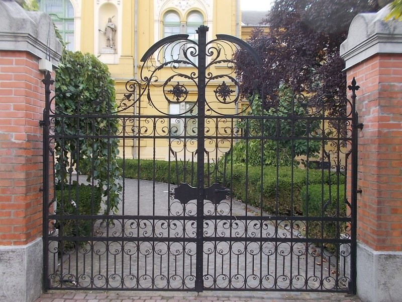 A fine set of wrought iron gates, that might even be wrought iron, in this case. Globetrotter19 [CC BY-SA 3.0].