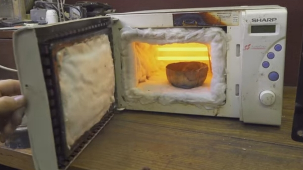 Smelting aluminum in a microwave oven