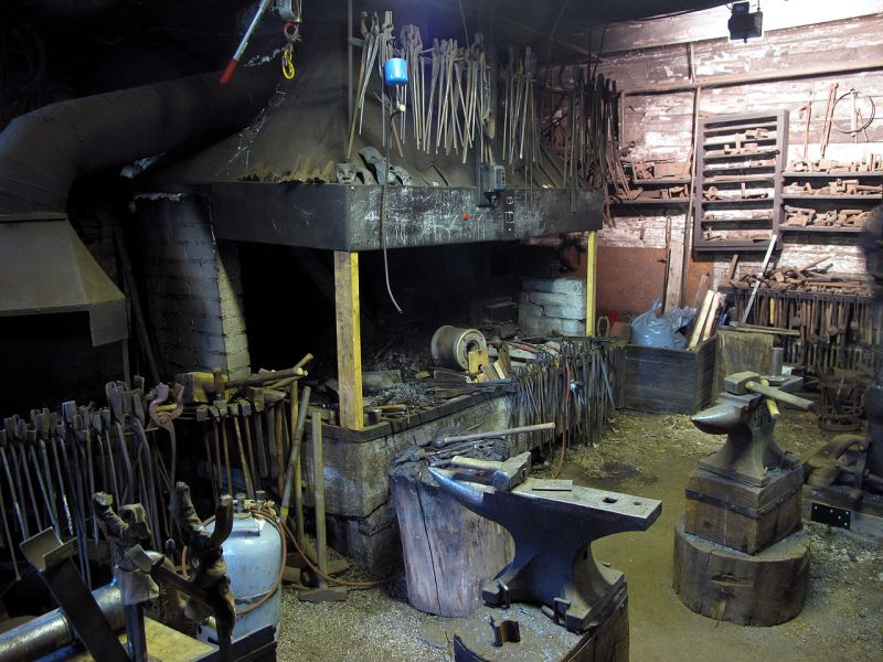 A well-equipped forge, that of Finnish blacksmith Jesse Sipola. Wasapl [CC BY-SA 3.0].