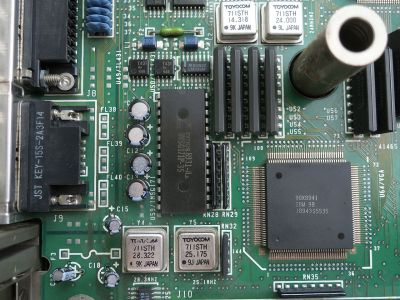 An Inmos RAMDAC (the 28-pin DIP) on the motherboard of a 1989 IBM PS/55. Darklanlan [CC BY 4.0]