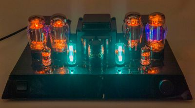 The warm glow of a tube amplifier lends credibility to an audiophile set-up. Hannes Grobe / CC BY-SA 4.0