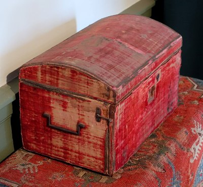 This late-17th-century dressing box would not be of such value or interest were a restoration to strip it of its patina. Daderot, CC0.