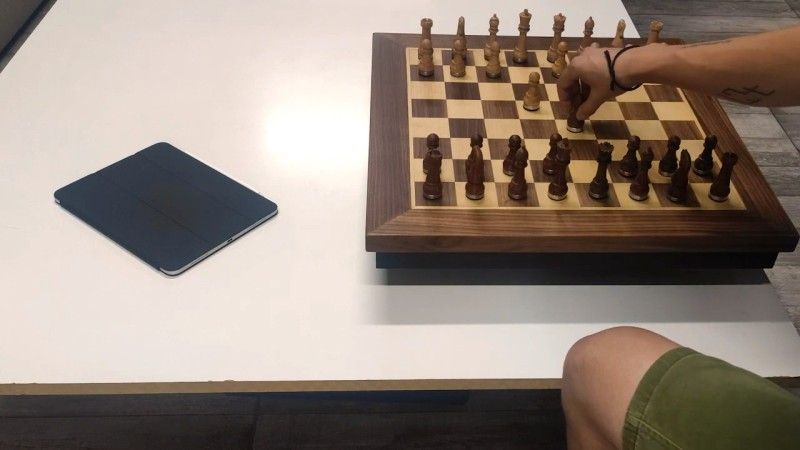 Automatic Chessboard Lets Online Players Move The Pieces