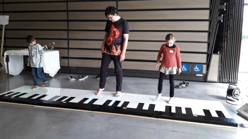 Cheap, Expandable Floor Piano Plays with Heart and Soul