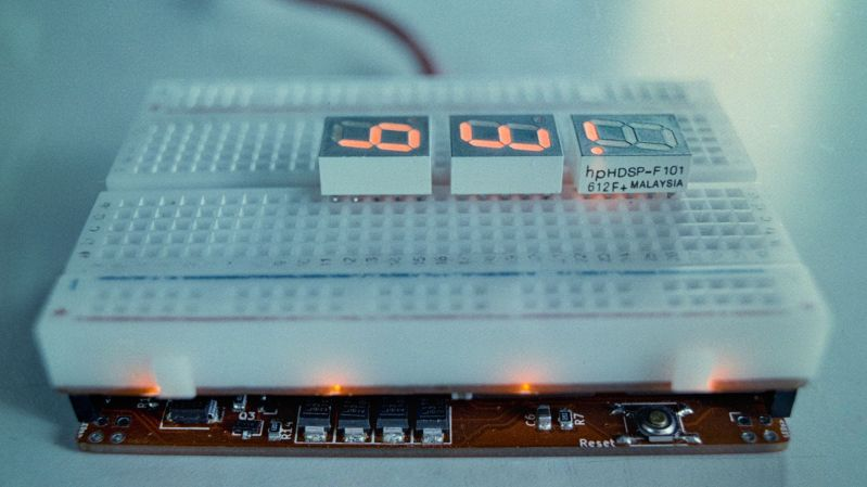 Silicon Jumpers Make this Wire-Free Breadboard Programmable