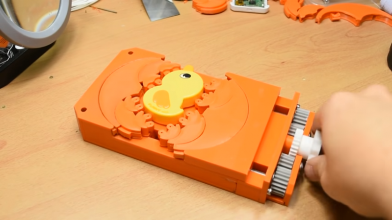 Fractal Vise Holds Odd-Shaped Objects Tight