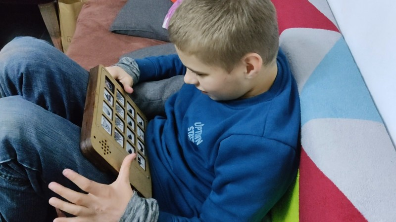 DIY PECS Board Uses Pictures to Communicate