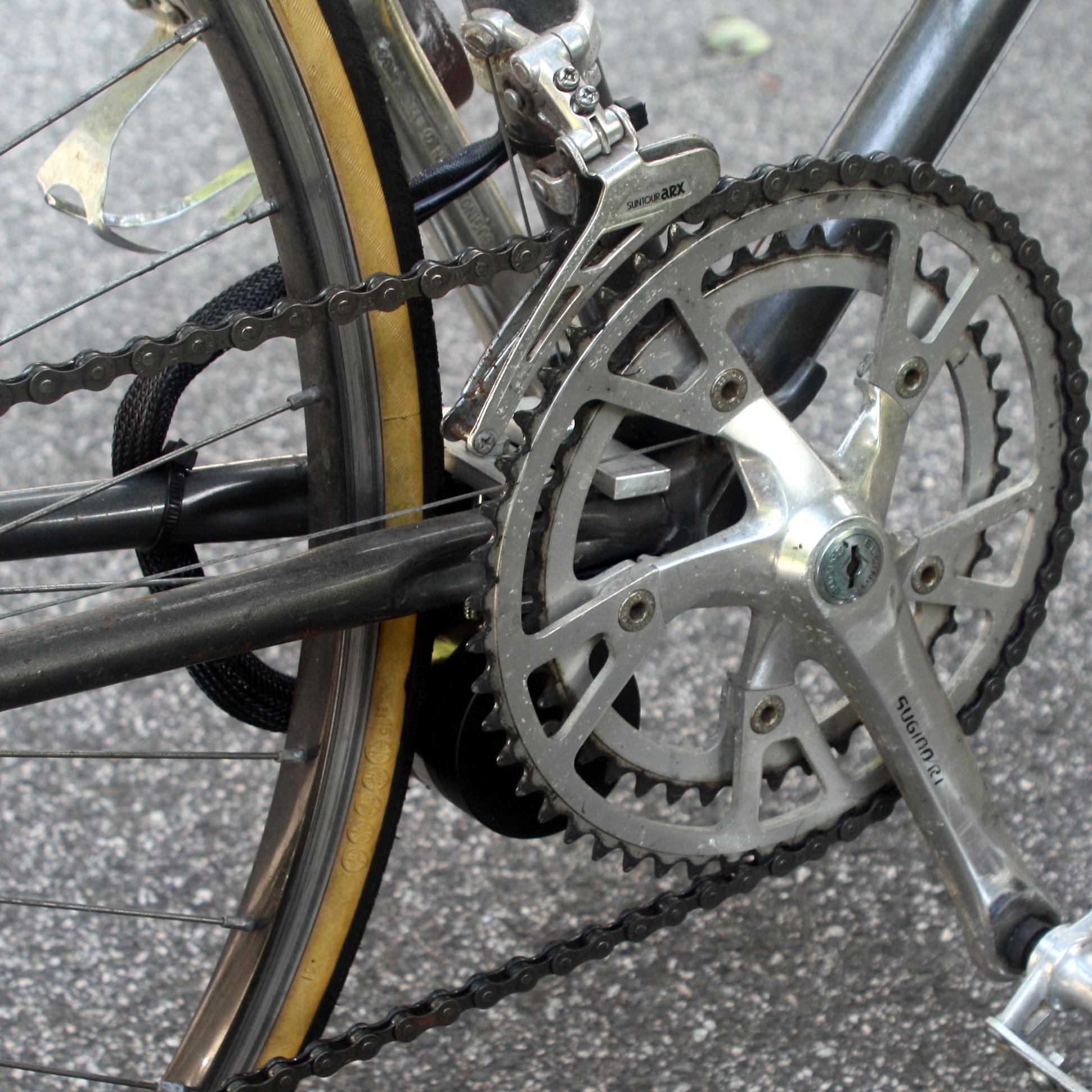 Outrunner motor drives rear wheel via friction